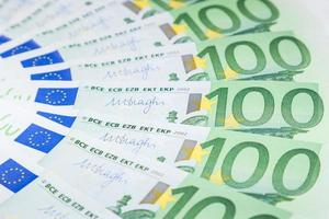 banconote in euro sparse sul pavimento - moneta europea foto