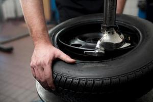 primo piano di un processo di cambio pneumatici