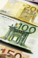 varie banconote in euro di fila foto