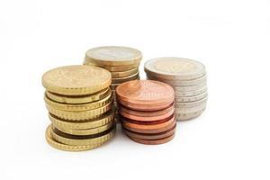 pila di monete europee in euro in background foto