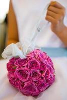 bouquet di rose rosa con la mano della bambina foto