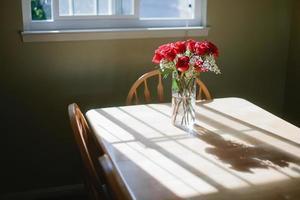 vaso di fiori sul tavolo