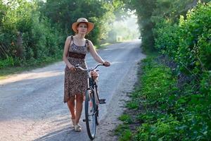 donna con cappello di paglia foto