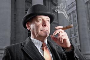 banchiere della città che fuma un sigaro foto