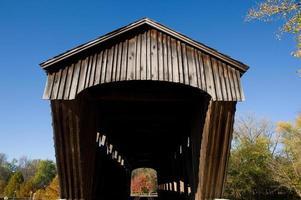 guardando attraverso il ponte coperto di brownsville foto