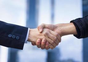 due uomini d'affari che agitano la mano