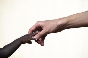 simbolo del lavoro di beneficenza: assistenza per un bambino nero africano foto