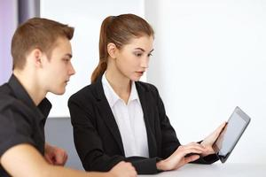 uomini d'affari guardando tablet pc foto
