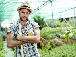 contadino al lavoro in una serra foto