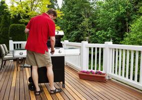 uomo maturo accendere la griglia del barbecue