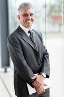 uomo d'affari maturo in ufficio moderno foto
