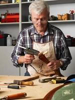 uomo anziano attivo che lavora foto