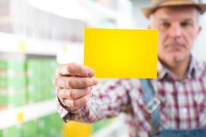 contadino con cartello al supermercato foto