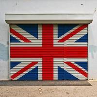 bandiera della Gran Bretagna sulla porta del negozio foto