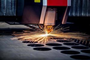 taglio laser cnc di metallo, moderna tecnologia industriale. foto