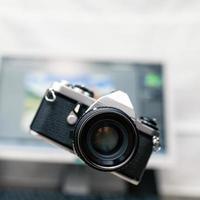 macchina fotografica, fotografia analogica su sfondo di nuova tecnologia foto