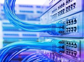 cavo di rete con sfondo a colori ad alta tecnologia foto