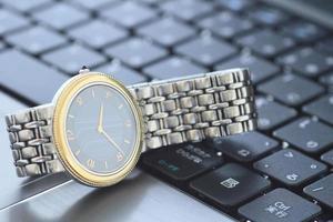 l'orologio da polso sulla tastiera foto