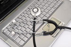 stetoscopio e laptop foto