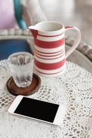 smartphone sul tavolo foto
