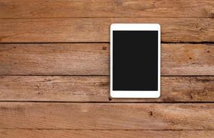 computer tablet su sfondo di legno vecchio foto