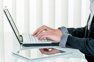 donna in ufficio con computer portatile com foto