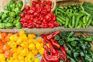 esposizione di peperoni freschi al mercato foto