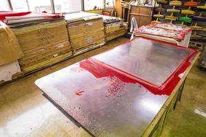 tavolo in metallo verniciato con vernice usato per appendere la carta origami foto
