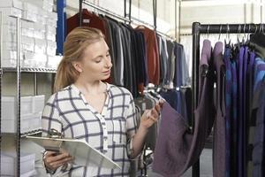 imprenditrice in esecuzione on line business della moda foto