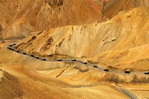 strada a zig-zag, autostrada leh srinagar, ladakh, jammu e kashmir, india foto