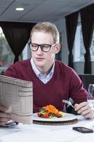 uomo d'affari che mangia in un ristorante foto