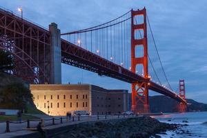 golden gate bridge di notte foto