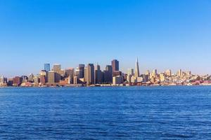 skyline di san francisco in california dall'isola del tesoro foto