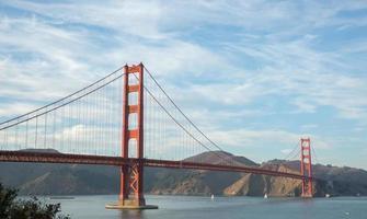 ponte del cancello dorato in cieli esili