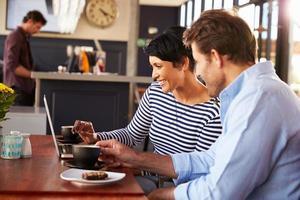 uomo e donna che si incontrano davanti a un caffè in un ristorante foto