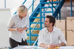 gestori di magazzino che parlano durante una riunione foto