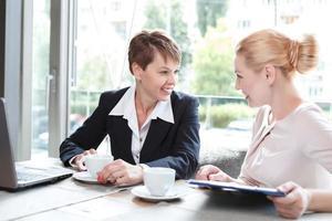 donne d'affari durante un pranzo di lavoro foto