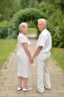 coppia di anziani innamorati foto
