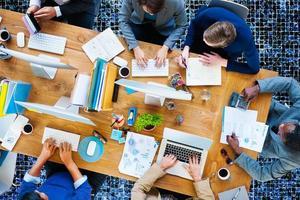 uomini d'affari che lavorano in ufficio concetto di team aziendale foto