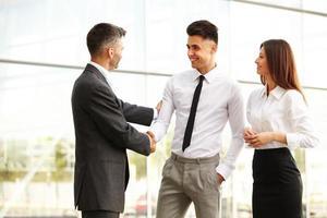 squadra di affari. le persone si stringono la mano comunicando tra loro