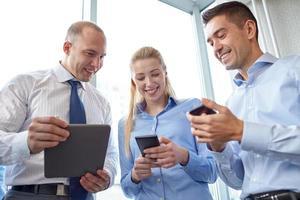 uomini d'affari con tablet pc e smartphone foto