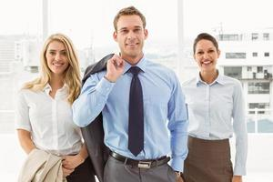 felici giovani imprenditori in ufficio foto