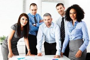 gruppo di uomini d'affari che revisionano i grafici foto