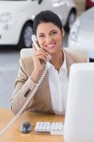 uomo d'affari sorridente che fa una telefonata foto