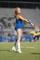 ragazza con il bastone sul campo di calcio foto