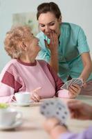 infermiera aiutando con le carte foto