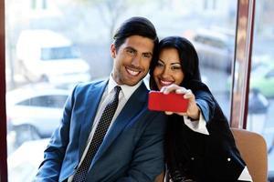 felici uomini d'affari che fanno selfie