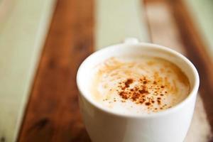 tazza di caffè su sfondo di legno