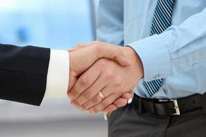 immagine di una stretta di mano tra due colleghi in carica foto