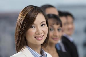 donna di affari asiatica che conduce una squadra di affari foto